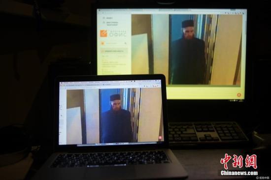 当地时间2017年4月3日,俄罗斯莫斯科,电脑屏幕上显示圣彼得堡地铁爆炸案疑似嫌疑人的监控画面。图片来源:视觉中国