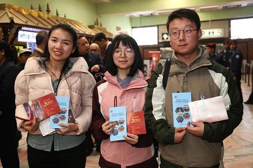 2018年2月12日,在尼泊尔首都加德满都特里布万国际机场,中国游客在中文服务启动仪式上合影。新华社发