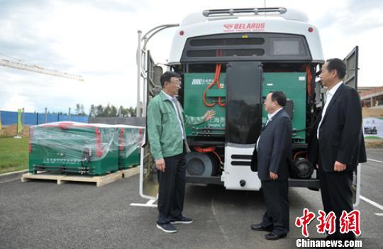 奥威科技董事长华黎正在介绍超级电容城市公交上安装情况。 刘忠俊 摄