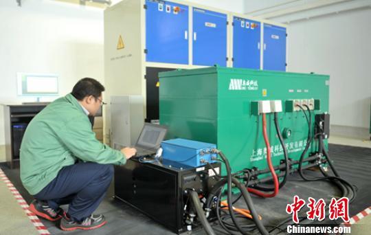车间内工程技术人员正在测试即将下线的超级电容。 刘忠俊 摄
