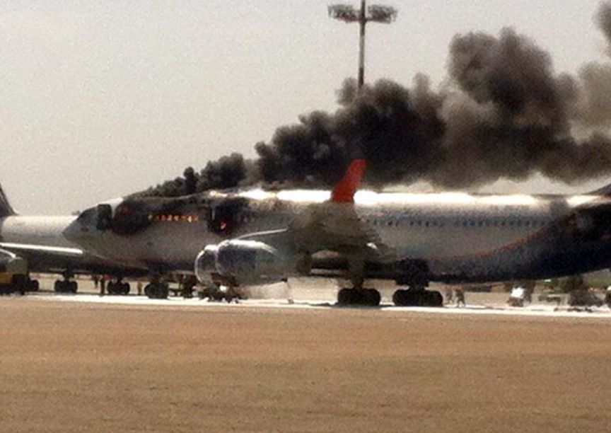 波音737突发安全事故,180人争相逃命,救护车拉走5名乘客