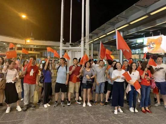 香港市民没有让人失望:你们拆一次 我们升一次