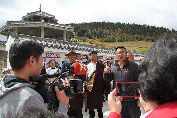 """海外华文媒体代表走进四川藏区 """"这里的变化让人意想不到"""