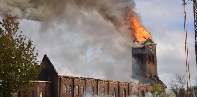 巴黎圣母院悲剧重演 荷兰百年教堂失火塔尖倒塌