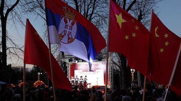 塞尔维亚民众挥舞五星红旗声援